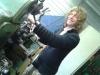 Menno-Jan bij de draaibank aan het werk met windmolenonderdelen