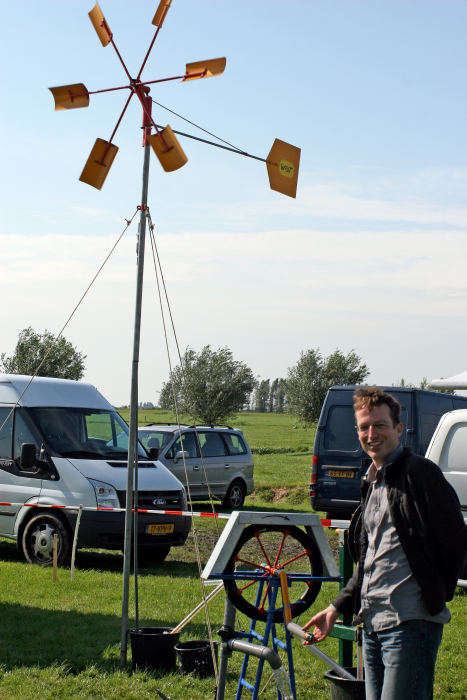 Mark Westra demonstreert de touwpomp.