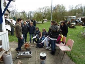 Schoolkinderen leren over koken op gas, hout en kolen.