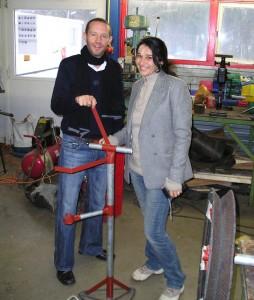 Brecht en Katrin bij een touwpomp in aanbouw